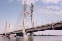 Il ponte ferroviario strallato sul fiume Po